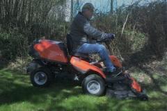 Peter klipper gräset