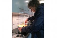 Linda värmer soppa