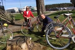 Monica och Christer vårrustar cyklarna