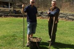 Graham och Göran räfsar och rensar sly
