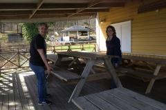 Eva och Mats flyttar ut borden