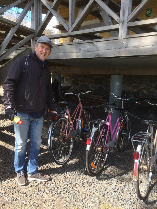 Christer ser över cyklarna